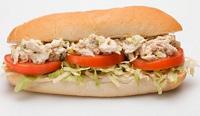 Pranzo con un panino al tonno e pomodoro