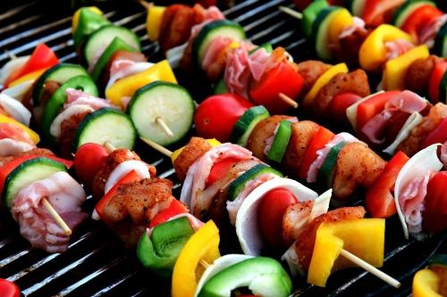 Spiedini di carne e verdura sulla griglia