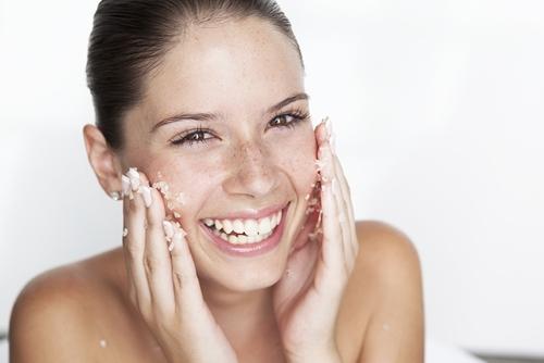 Scrub per il viso pre-abbronzatura