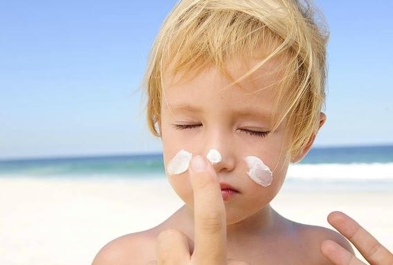 Proteggere i bambini dai raggi solari
